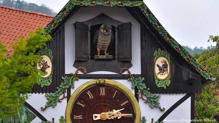 Eine Kuckucksuhr in Gernrode in Sachsen-Anhalt, fotografiert 2016 (Foto: picture-alliance/dpa/H. Schmidt )