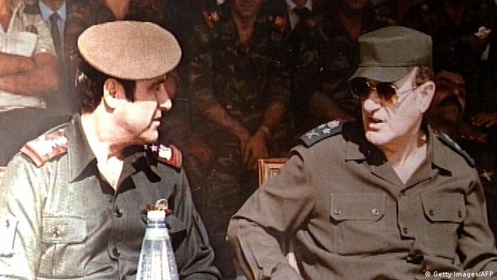 Rifaat (izquierda), junto a su hermano, Hafez al Asad, entonces presidente de Siria, en una imagen de 1984.
