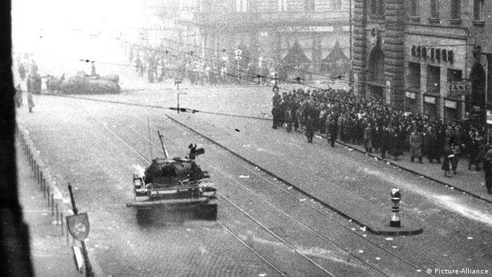 Mađarski ustanak: Sovjetski tenkovi i demonstranti u Budimpešti 23.10.1956.