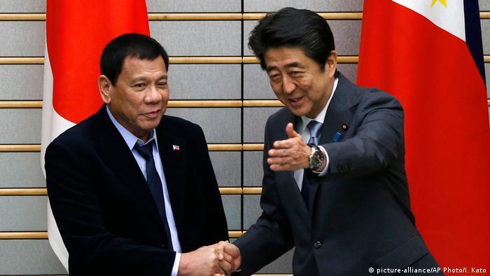 Shinzo Abe und Rodrigo Duterte (picture-alliance/AP Photo/I. Kato)