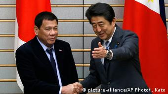 Shinzo Abe und Rodrigo Duterte (picture-alliance/AP Photo/I. Kato)