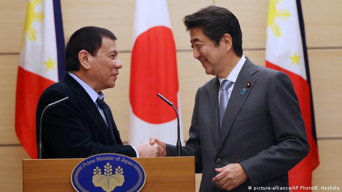 Rodrigo Duterte und Shinzo Abe (picture-alliance/AP Photo/E. Hoshiko)
