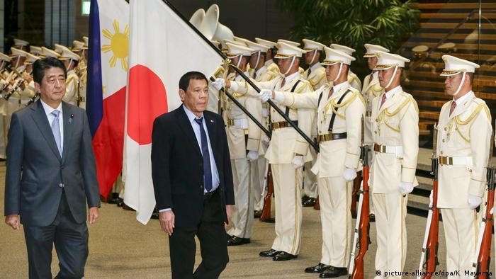 Rodrigo Duterte und Shinzo Abe mit Ehrengarde in Tokio (Foto: picture-alliance/dpa/K. Mayama)