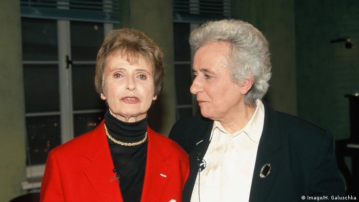 Die beiden Holocaust-Überlebende Renate Lasker Harpprecht (l-r) und Anita Lasker Wallfisch stehen nebeneinander. (Imago/H. Galuschka)