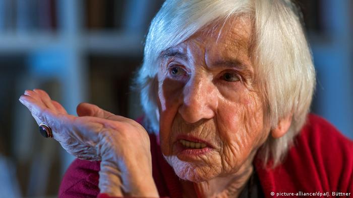Esther Bejerano liest aus ihrem Buch Erinnerungen (picture-alliance/dpa/J. Büttner)