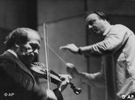 Ao lado do violinista Ruggiero Ricci (e) em 1971, na Komische Oper de Berlim