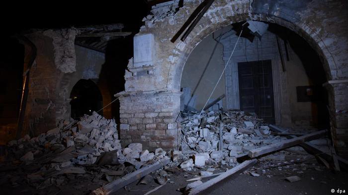 A casi dos meses del fuerte terremoto que dejó centenares de muertos en el centro de Italia, la región de Las Marcas fue sacudida hoy nuevamente por dos sismos, cuyos daños hasta el momento no se han podido esclarecer. 26.10.2016
