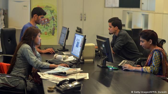 Pakistan Mitarbeiter arbeiten an Computern bei Power 99 FM Radio (Getty Images/AFP/A. Qureshi)