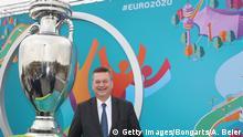 Deutschland   Reinhard Grindel präsentitert das UEFA Euro 2020 Logo