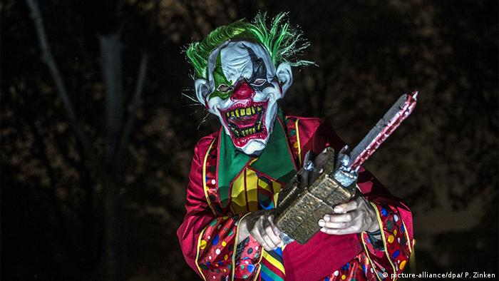 Deutschland Horror-Clown posiert in Berlin (picture-alliance/dpa/ P. Zinken)