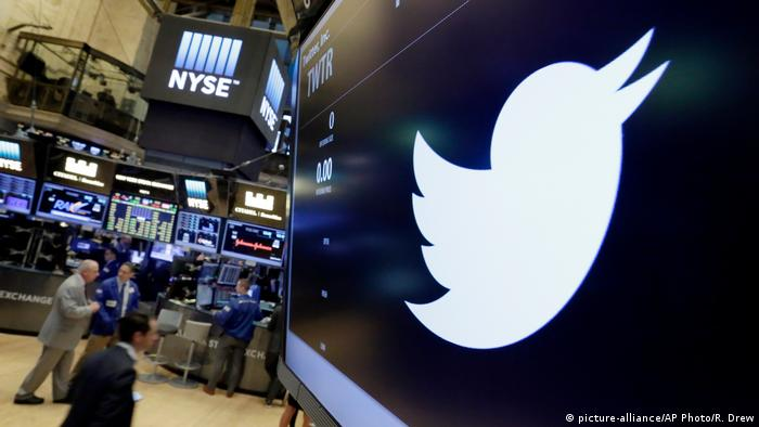 USA Twtter-Logo an der New Yorker Börse (picture-alliance/AP Photo/R. Drew)
