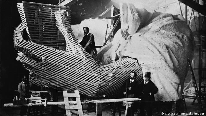 Фредерик Огюст Бартолди в лявата ръка на статуята