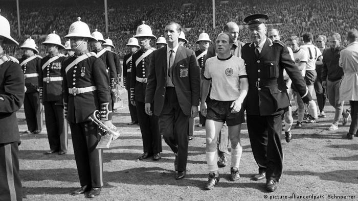 إيفا سيلر تغادر الملعب وهي محبطة بعد نهائي كأس العالم 1966 (picture-alliance / dpa / K. Schnoerrer)