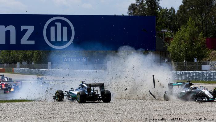 Spanien | Circuit de Catalunya 2016 | Crash Hamilton - Rosberg (picture-alliance/LAT Photographic/Z. Mauger)