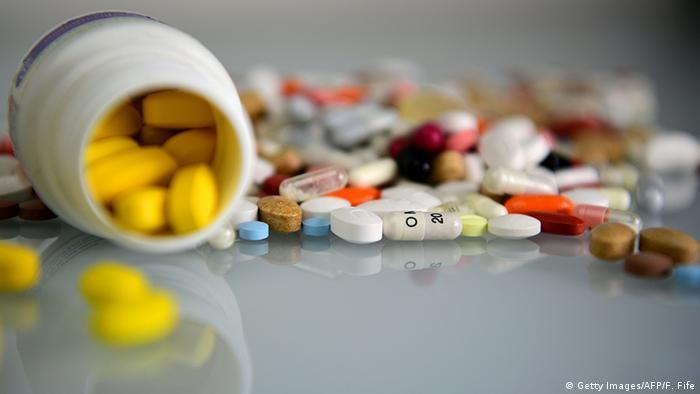 على الرغم من أهمية الأدوية للعلاج، إلا أنها قد تتسبب أيضاً تأثيرات جانبية، تشكل الحساسية نسبة 10 بالمائة منها، والمقصود بها الحساسية للأدوية التي تتمثل في الطفح الجلدي على سبيل المثال. وأظهرت الدراسة أن نحو 12.3 من المشاركين يعانون من هذا النوع من الحساسية، التي تسببها في المقام الأول المسكنات والبنسلين.