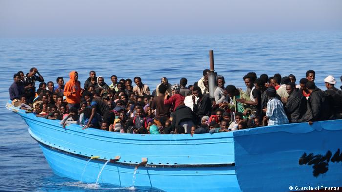 Brodica s izbjeglicama u Sredozemnom moru