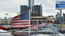 ARCHIV 2014 +++ Auf den Dächern von Autos eines Gebrauchtwagenhändlers in der Innenstadt von Detroit (Michigan) wehen am 12.01.2014 US amerikanische Fähnchen. Im Hintergrund ist die Firmenzentrale des Autoherstellers GM zu sehen. Am 3. September werden die US-Autoabsatzzahlen für August bekannt gegeben. Foto: Uli Deck/dpa (zu dpa-Meldung über die US-Autoabsatzzahlen für August vom 03.09.2014) +++(c) dpa - Bildfunk+++   Verwendung weltweit