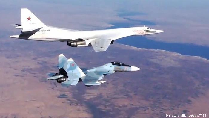 Russian Air Force Sukhoi SU-30SM Kampfjet escortiert Tupolev Tu-160 über Syrien (picture alliance/dpa/TASS )