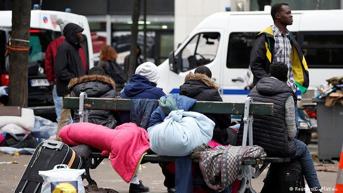 Flüchtlinge aus Calais in der Nähe der Stalingrad Metro Station in Paris (Reuters/C. Platiau )