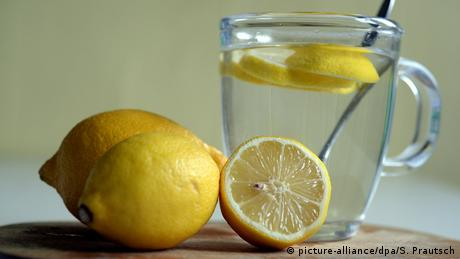 lemons and glass with water (picture-alliance/dpa/S. Prautsch)
