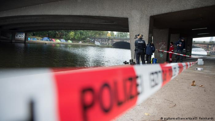 Police standing under the bridge where the attack took place (picture-alliance/dpa/D. Reinhardt)