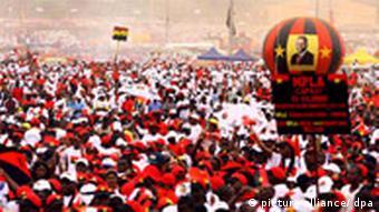 MPLA-Anhänger auf einem Parteitreffen in Kikolo, zwei Tage vor der Wahl (dpa)