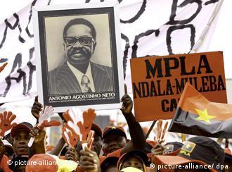 Placa com imagem de Agostinho Neto, o primeiro presidente angolano; alegado golpe de Estado contra ele resultou em repressão com milhares de vítimas fatais
