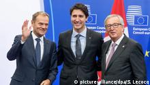 30.10.2016++ epa05609711 Canadian Prime Minister Justin Trudeau (C) is welcomed by President of the European Commission, Jean-Claude Juncker (R) and EU Council President Donald Tusk (L) when he arrives at the EU-Canada summit to signs the agreement on the Comprehensive Economic and Trade Agreement (CETA), a planned EU-Canada free trade agreement, in Brussels, Belgium, 30 October 2016. EPA/STEPHANIE LECOCQ +++(c) dpa - Bildfunk+++