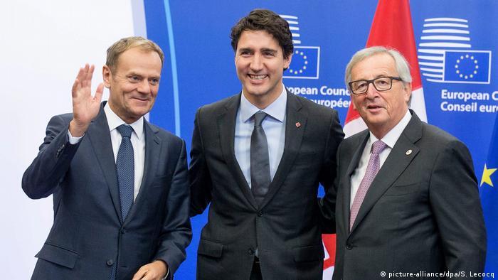 El primer ministro canadiense Justin Trudeau (centro) es recibido por el presidente de la Comisión Europea, Jean-Claude Juncker (derecha), y el presidente del Consejo de la UE, Donald Tusk