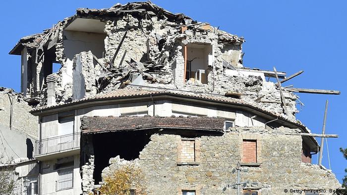 Destruição em Arquanta del Tronto após terremoto