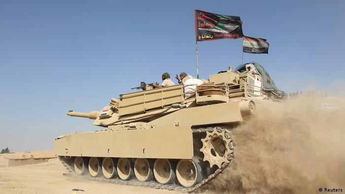 Ein Panzer am Sonntag im Süden von Mossul