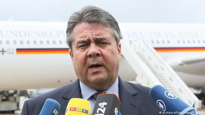 Deutschland Sigmar Gabriel Abflug nach China (picture-alliance/dpa/S. Pilick)