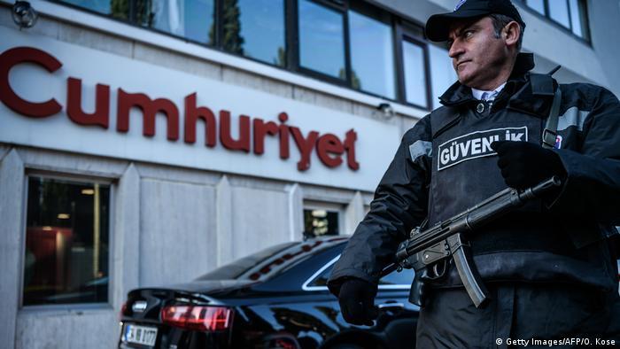 Ein Polizist Ende Oktober vor dem Redaktionsgebäude der Zeitung (Getty Images/AFP/O. Kose)