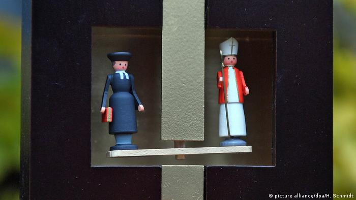 Luther and the pope, weather forecasting device (picture alliance/dpa/H. Schmidt)