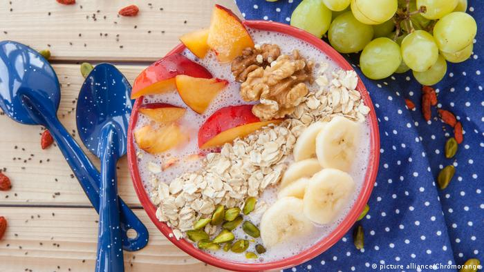 Smoothie Bowl mit frischem Obst und Haferflocken Vegan Trends (picture alliance/Chromorange)