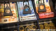 ARCHIV- Das Geldfach einer Kasse ist am 13.05.2015 in Lützow (Mecklenburg-Vorpommern) zu sehen. Foto: Jens Büttner (zu dpa Inflation zieht weiter an - Höchster Stand seit zwei Jahren vom 28.10.2016) +++(c) dpa - Bildfunk+++