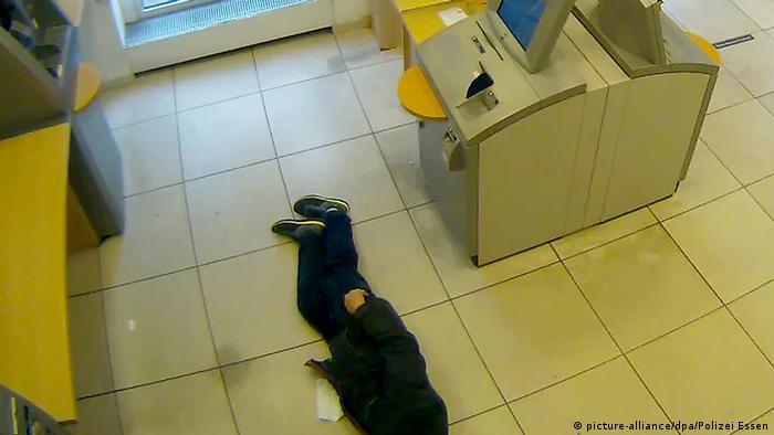 Deutschland Essen - Rentner bricht in Bank zusammen