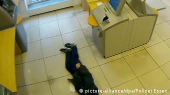 Deutschland Essen - Rentner bricht in Bank zusammen (picture-alliance/dpa/Polizei Essen)