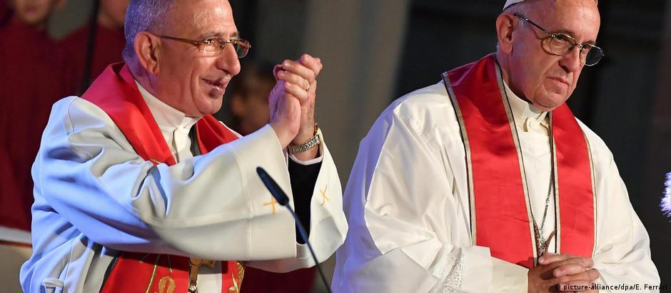 Munib Younan (esq.), presidente da Federação Luterana Mundial, ao lado do papa Francisco na Suécia