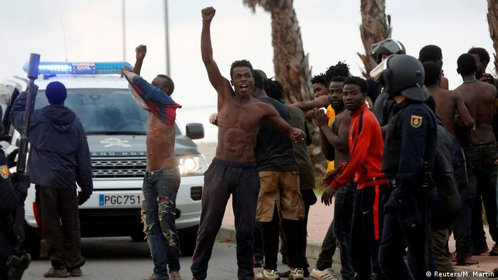 Spanien Ceuta - Afrikanischer Flüchtling feiert nach er die Grenze zu Europa passiert hat