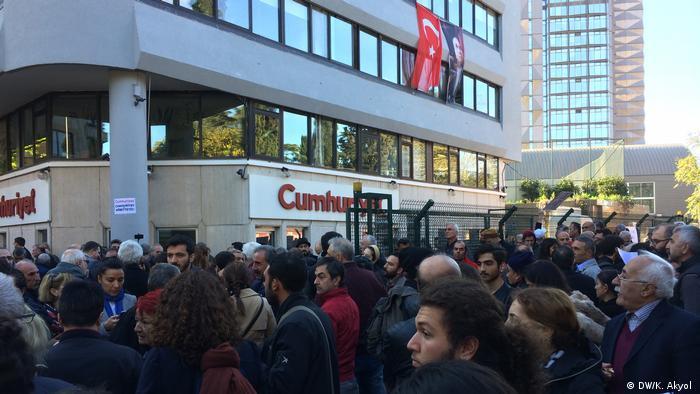 Протест против ареста главного редактора газеты Cumhuriyet