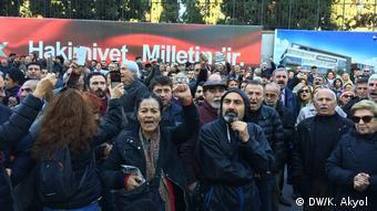 Türkei Protest gegen Absetzung des Chefs der Zeitung Cumhuriyet (DW/K. Akyol )
