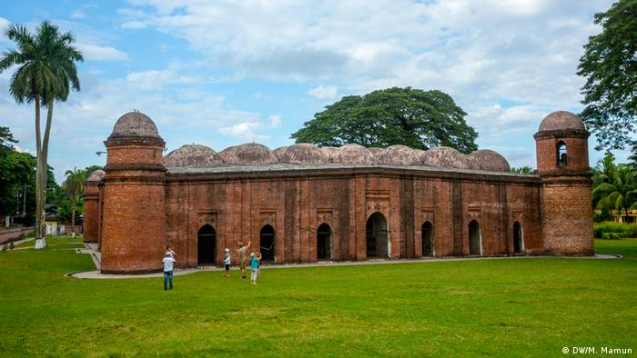 Bangladesch Tourismus Sehenswürdigkeiten - Sixty Dome Mosque Bagerhat (DW/M. Mamun)