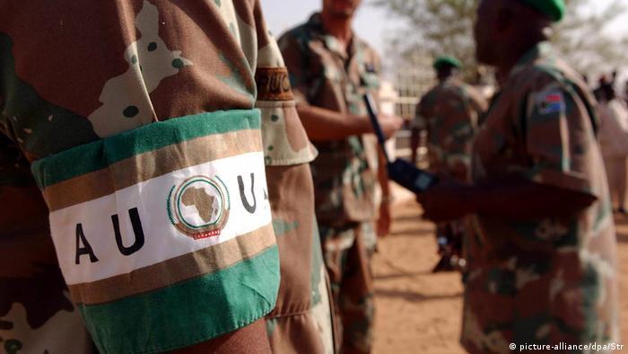 Der Arm eines Soldaten mit der Binde AU - UA.