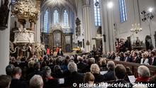Das Festjahr zum 500. Reformationsjubilaeum hat am Montag (31.10.16) mit einem Festgottesdienst in der Berliner Marienkirche begonnen. Der Ratsvorsitzende der Evangelischen Kirche in Deutschland (EKD), Landesbischof Heinrich Bedford-Strohm. Die Predigt hielt der Berliner Bischof Markus Droege. Unter den Besuchern des Gottesdienstes, der live in der ARD und auch in den Festsaal des Roten Rathauses uebertragen wurde, waren prominente Gaeste aus Kirche, Politik und Gesellschaft, darunter Bundespraesident Joachim Gauck, Kulturstaatsministerin Monika Gruetters (CDU) und Berlins Regierender Buergermeister Michael Mueller (SPD) sowie der Vorsitzende der katholischen Deutschen Bischofskonferenz, Kardinal Reinhard Marx. Nach dem Festgottesdienst stand im Anschluss ein staatlicher Festakt im Berliner Konzerthaus am Gendarmenmarkt auf dem Programm. Im schwedischen Lund erinnerte der Lutherische Weltbund (LWB) zusammen mit Papst Franziskus an das Wirken Luther und dessen Folgen. Das Festjahr endet am 31. Oktober 2017, genau 500 Jahre nach dem legendaeren Thesenanschlag Martin Luthers in Wittenberg. Foto: Jens Schlueter/dpa +++(c) dpa - Bildfunk+++  