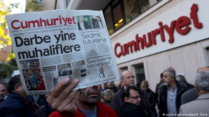 Türkei Festnahmen bei der Tageszeitung Cumhuriyet (picture-alliance/dpa/S. Suna)
