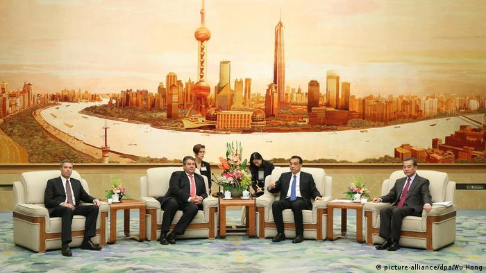 Зигмар Габриэль (второй слева) на приеме у премьера Госсовета КНР Ли Кэцяна (сторой справа).