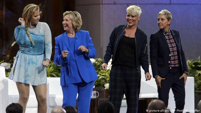 USA Hillary Rodham Clinton, Ellen DeGeneres, Amy Schumer, Pink (picture-alliance/AP Photo/M. Altaffer)