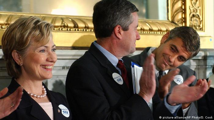 USA Hillary Clinton und George Clooney (picture-alliance/AP Photo/D. Cook)