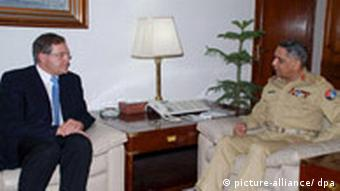 German Defense Minister Jung, left, with the Pakistani army chief, General Tariq Majid